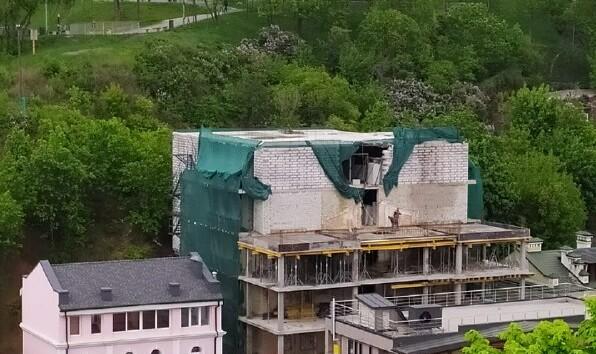 """Скандальная стройка возле Пейзажной аллеи: """"страшный"""" дом разрешил строить Минкульт"""