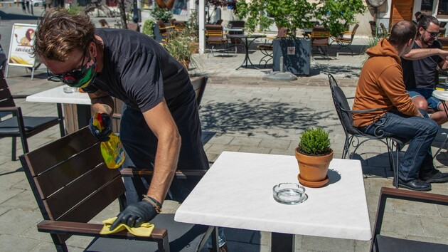 Маски для персонала и посетителей и еда под открытым небом: как Кабмин разрешил работать магазинам и ресторанам