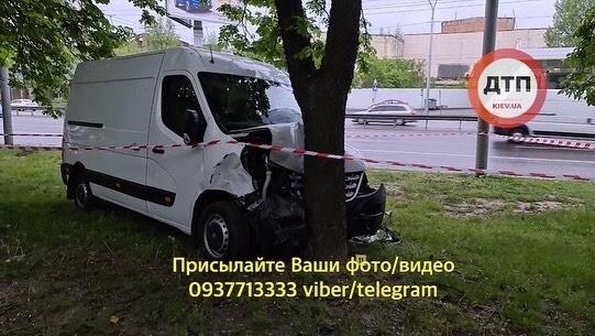 У водителя за рулем случился инфаркт: бус снес четыре авто и влетел в дерево