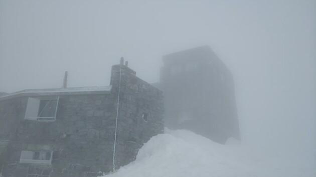Карпаты продолжает засыпать снегом: появились фото и видео