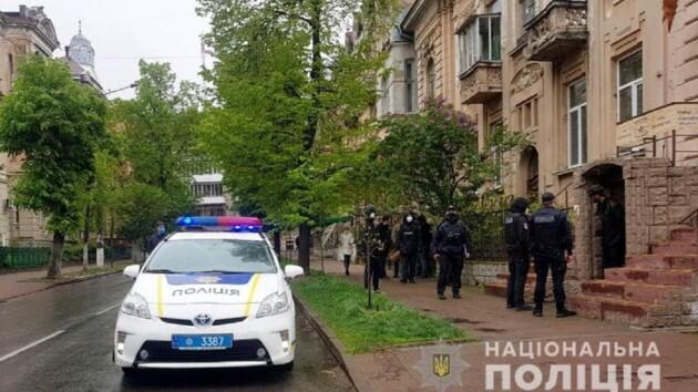 В Ивано-Франковске мужчина напал на продавца и устроил стрельбу по прохожим: фото и видео