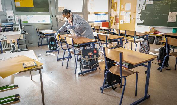Франция открывает школы, на занятия пойдут тысячи учеников