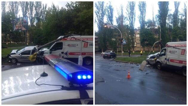 Снес машины и столб: в Киеве водитель буса устроил масштабное ДТП (фото, видео)