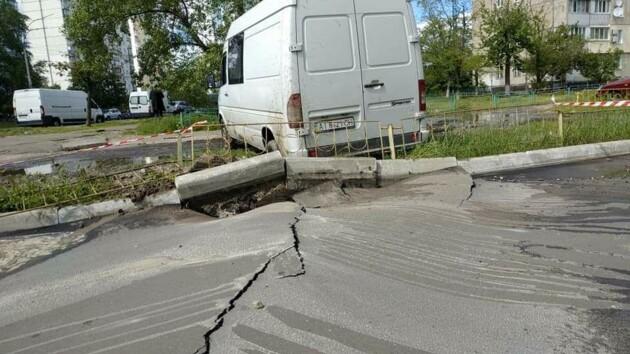 Коммунальное ЧП в Киеве: под припаркованным бусом прорвало водопровод