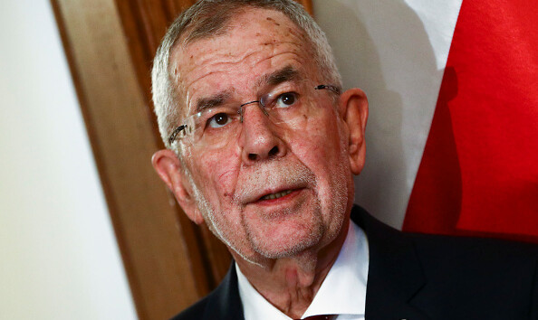 """Президент Австрии в ресторане """"заболтался"""" и нарушил карантин"""