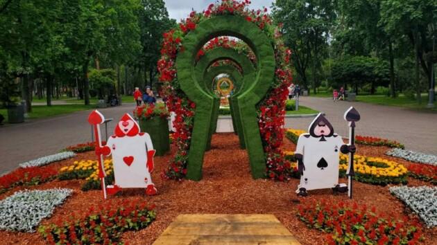 """В парке """"Победа"""" появилась сказка про Алису из 50 тысяч цветов (фото)"""