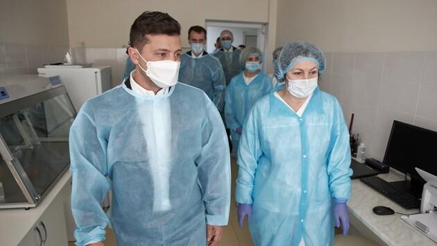 Зеленский в Хмельницкой области проинспектировал работу лаборатории и пообщался с медиками