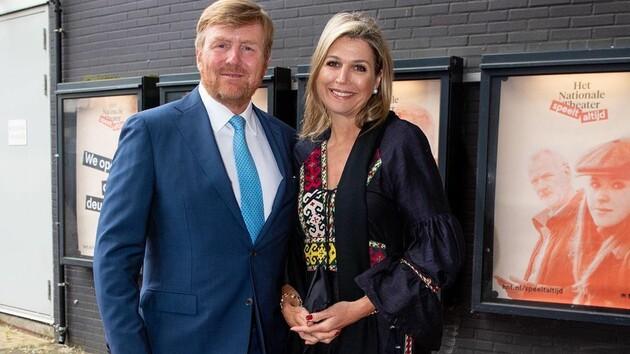 Королева Нидерландов посетила театр в платье вышиванке