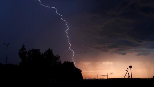 Украинцев ждет «погодный аттракцион»: жара, ливни, возможны смерчи