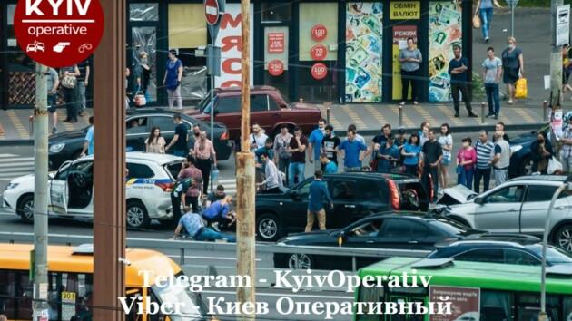Патрульную зажало между машинами: появилось видео момента жуткого ДТП в Киеве