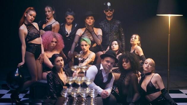 Эпатажная MARUV в прозрачном топе с наклейками на груди танцует на вечеринке в новом клипе I want you