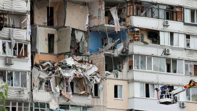 """Взрыв на Позняках: ударной волной """"раздуло"""" верхние этажи, а в земле появилась трещина"""