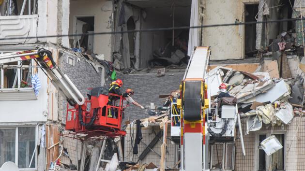 Груды вещей вперемешку с обломками бетона: фото квартир взорвавшегося дома на Позняках