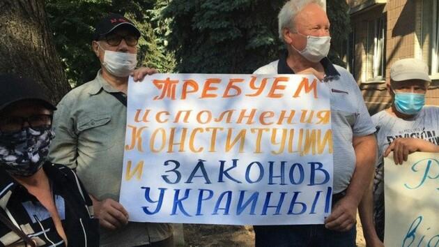 В Харькове протесты возле больницы переросли в стычки: есть пострадавшие (фото и видео)