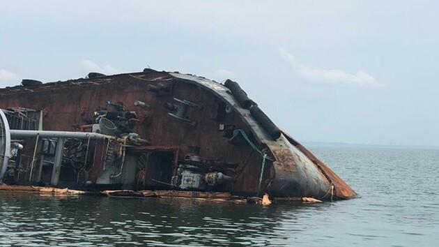 Утечка топлива из затонувшего танкера в Одессе: назван масштаб загрязнения
