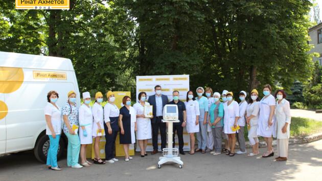 Фонд Рината Ахметова передал больнице в Константиновке аппарат ИВЛ производства Франции