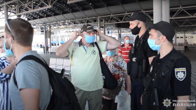 Полиция будет проверять соблюдение масочного режима в пригородных электричках Киева