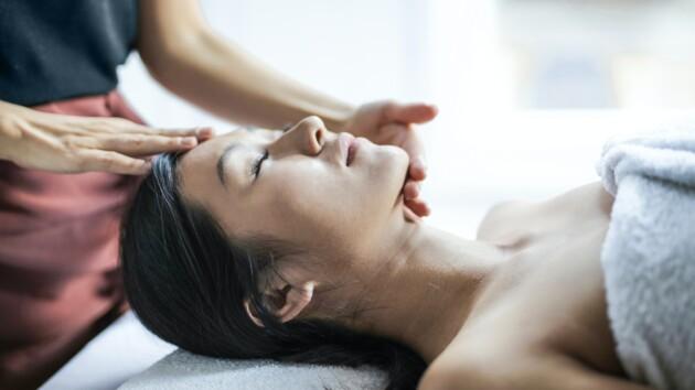 Чем полезен массаж головы и кому его делать противопоказано