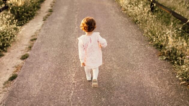 В Киеве полицейские нашли трехлетнюю девочку, которая ушла из дома