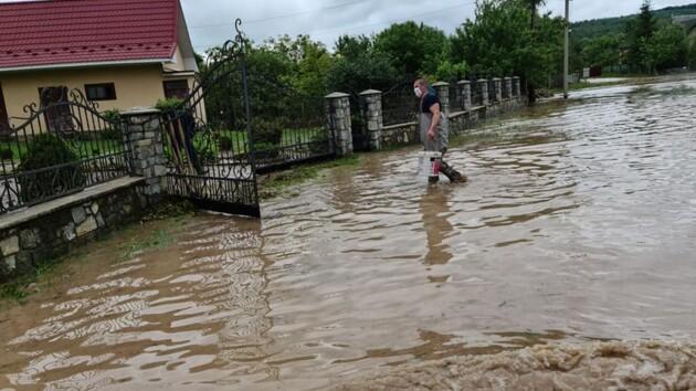 Подтопленными остаются более тысячи домов: как борются с наводнением на западе Украины (фото и видео)
