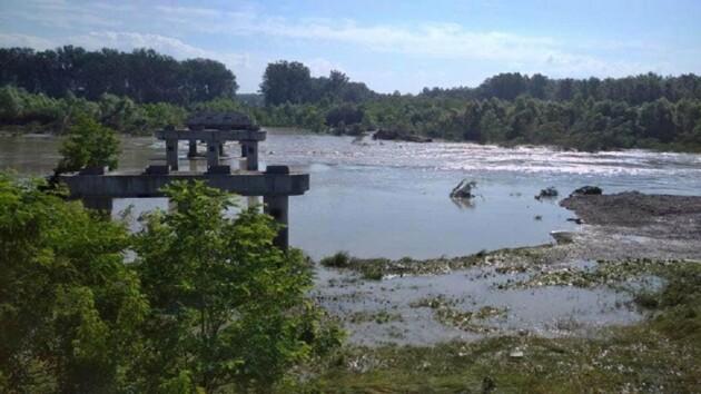 Потоп на Буковине: вода поднялась на 8 метров и снесла мост (фото)
