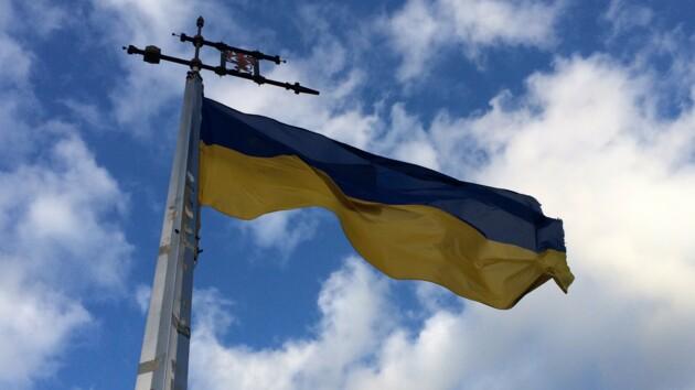 В небе над Донецком пролетел огромный флаг Украины: видео