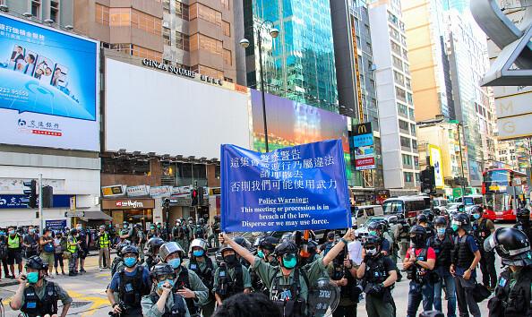 """В Гонконге """"молчаливый протест"""" закончился стычками с полицией: десятки задержанных"""