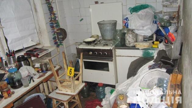 Житель Харькова 10 дней жил в одной квартире с умершими родителями