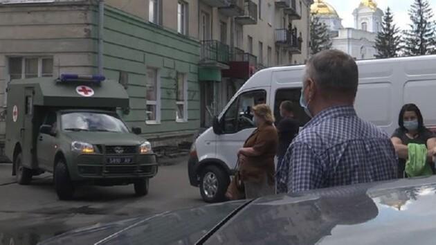 В Луцке люди часами стоят в очереди за тестом на COVID-19 (фото)