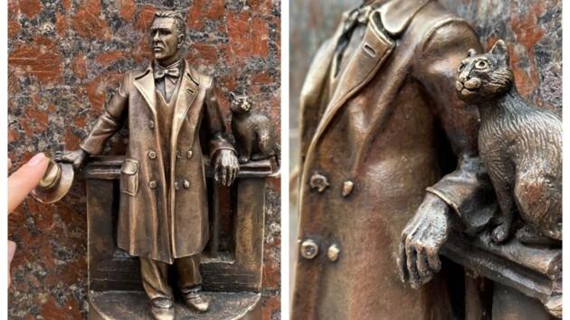 Новую мини-скульптуру в Киеве посвятили Булгакову