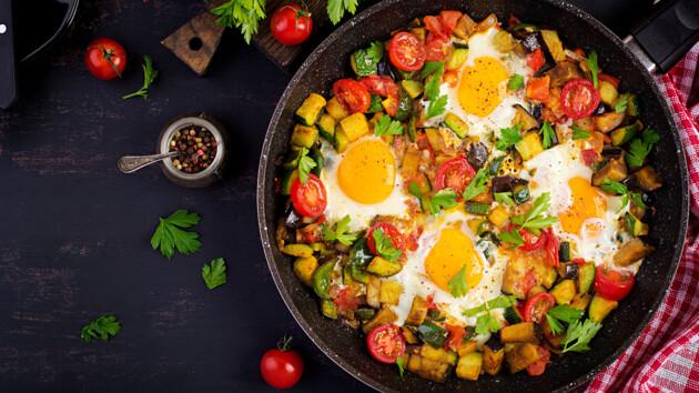Как приготовить шакшуку: три рецепта восточной яичницы с помидорами