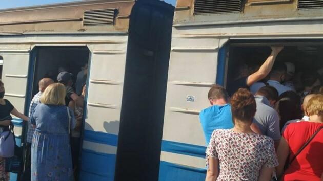 «Корона-поезд»: жителей Троещины шокировала переполненная электричка (фото)