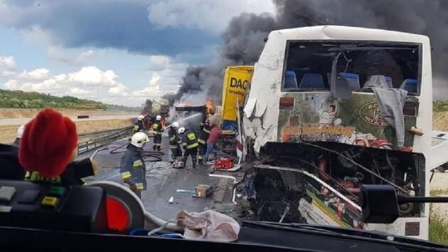 Автобус с украинцами попал в жуткое ДТП в Польше: одно авто сгорело (фото)