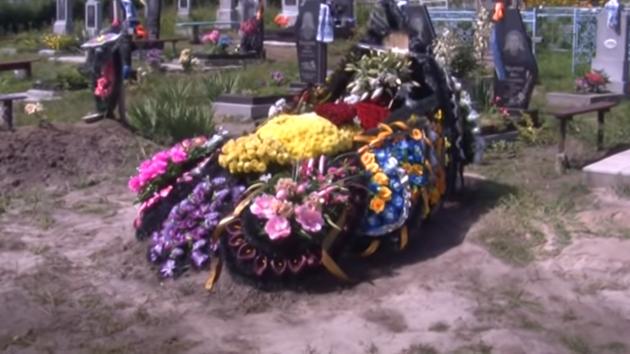 Закрытый гроб и пустое кладбище: как хоронили мать пятерых детей, умершую от коронавируса (видео)