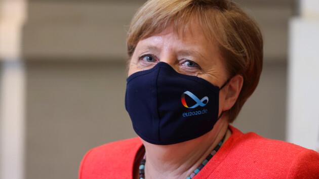 После скандала Меркель впервые вышла в люди в маске: редкое фото