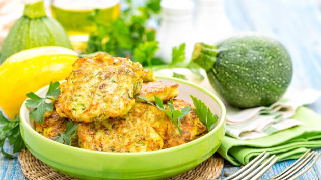 Как сделать кабачковые оладьи с зеленью, чесноком и сыром