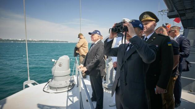 Зеленский в Одессе: как президент принимал морской парад (фото)