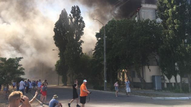 В Новой Каховке вспыхнул масштабный пожар: пламя охватило крышу многоэтажки (фото, видео)