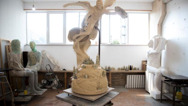 Появились фото и видео, как создают скульптуру хранителя Киева для фонтана на Владимирской горке