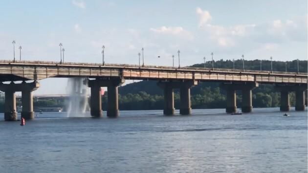 В Киеве на мосту Патона снова прорвало теплотрассу (видео)