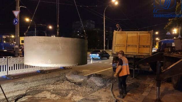В Киеве прорвало коллектор: асфальт на дороге провалился на четыре метра (фото)