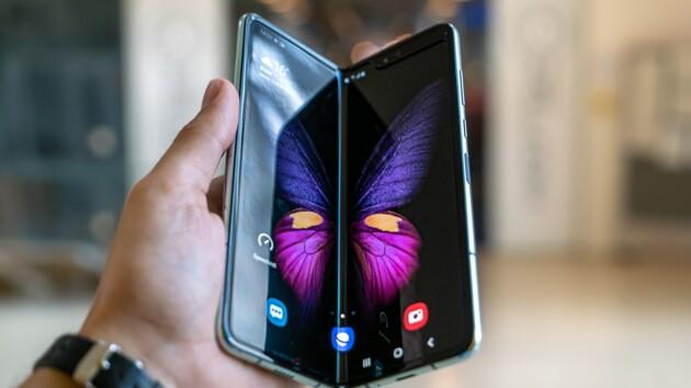 Samsung готовит новый складываемый смартфон: рассекречено название