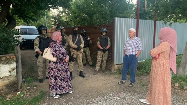 В Крыму силовики массово обыскивают крымских татар: есть первые задержанные (фото, видео)
