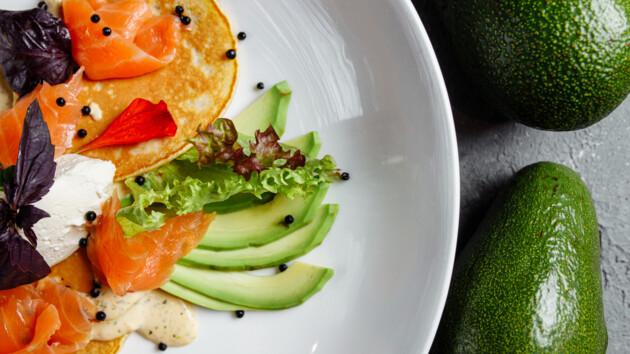 Как приготовить панкейки с авокадо и лососем: рецепт от Александра Педана