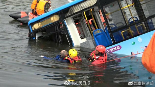 В Китае автобус с детьми упал в водохранилище: десятки погибших (фото, видео)