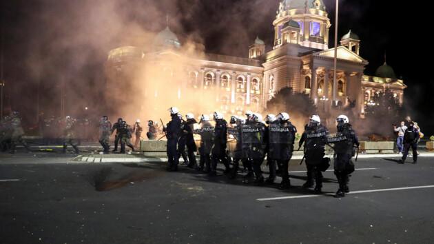 """В Сербии вспыхнуло восстание """"против карантина"""": протестующие ворвались в парламент"""
