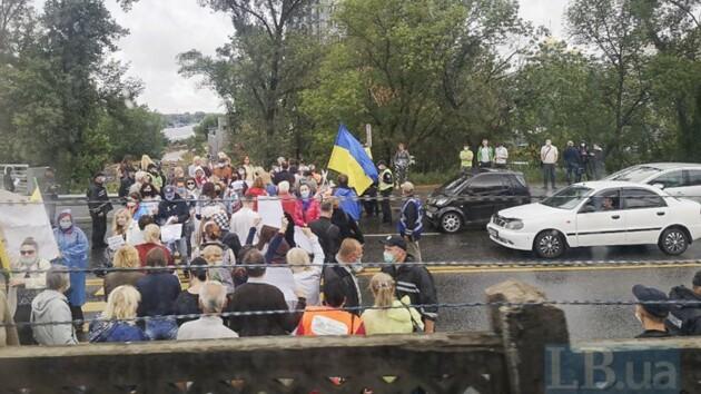 В Киеве протестующие заблокировали движение на мосту Метро (видео, фото)