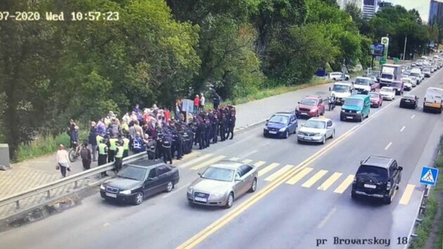 Протест на мосту Метро: между активистами и полицией произошла стычка (видео)