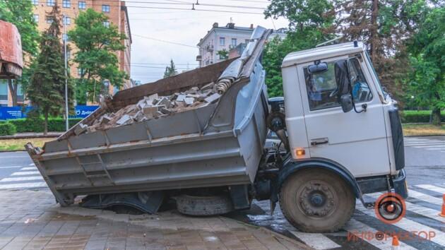 В Днепре грузовик чуть не ушел под землю: фото и видео