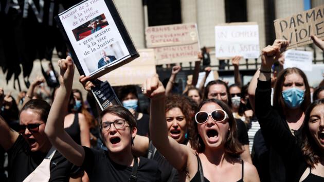 """Секс-скандал во Франции: феминистки бунтуют против """"министра-насильника"""" (фото, видео)"""
